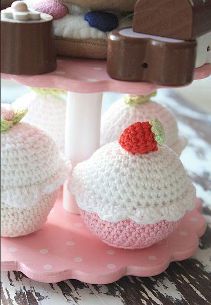 Als Anfänger muss man nicht Topflappen häkeln. Der Kreativität ist keine Grenzen gesetzt. Hier sind es Cupcake`s für den Puppen-Kaffeetisch im Kinderzimmer. Foto: iww
